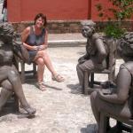Camagüey - Helga im Kreise stillschweigender Frauen